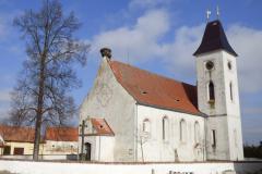 Dubné, starobylý kostel se zalíbil čápům